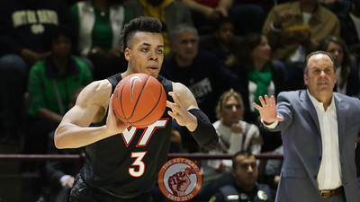 Wabissa Bede prepares to pass the ball. (Mark Umansky/TheKeyPlay.com)