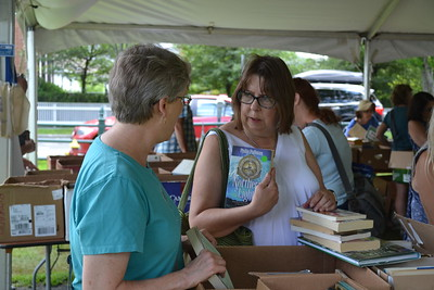 DSC_5556_Nancy Fontaine chats with Lisa Ladd (right)_By G