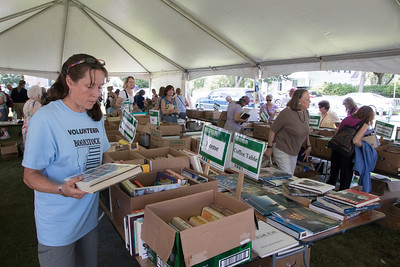 11-Volunteer_Christa_Prescott_organizes_books