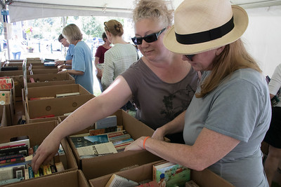 03-Friends_Dee_Galluccio_and_Andrea_McCullough_browsing