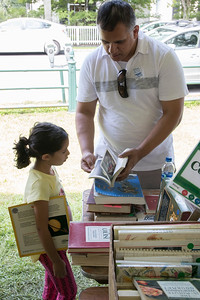 07-Natik_Patel_shows_his_daughter_Natalie_a_classical_art_book