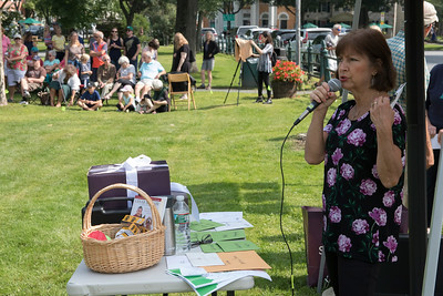 03-Sue_Skaskiw_from_the_VT_Volunteer_Services_For_Animals_Humane_Society_stands_in_front_of_the_prize_table