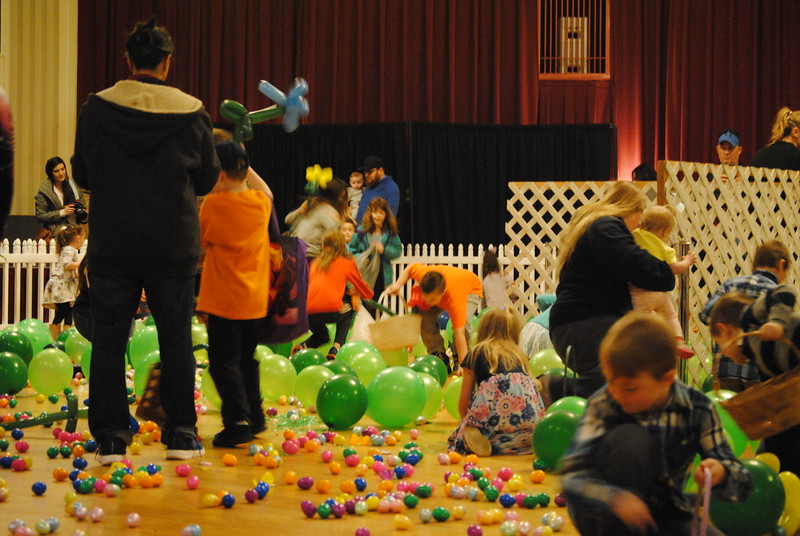 Leah McDonald - Oneida Daily Dispatch Children hunt for Easter eggs at the Kallet Civic Center in Oneida on Saturday, March 31, 2018.