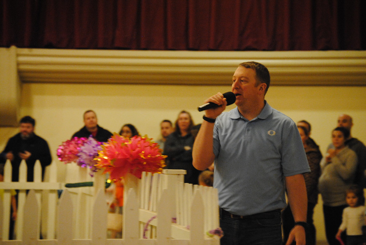 Leah McDonald - Oneida Daily Dispatch Oneida Recreation Director Luke Griff welcomes families to the city's Easter egg hunt at the Kallet Civic Center on Saturday, March 31, 2018.