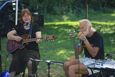 Bonnie Waters and Howard Roscoe, known together as Meadowlark serenade the market