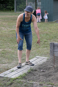 07-Michelle_Grald_laughs_about_a_horseshoes_placement