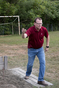 05-Mark_Richardson_watches_one_of_his_horseshoes_land