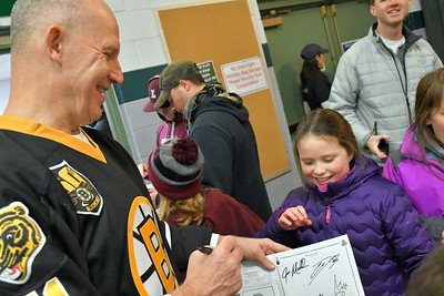 DSC_6087mary Yacavoni gets autograph from joe mullen,,,17 years in NHL, one season with bruins