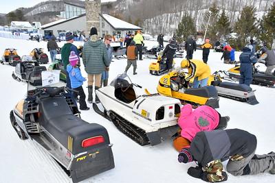 DSC_9725 fans look at vintage sled