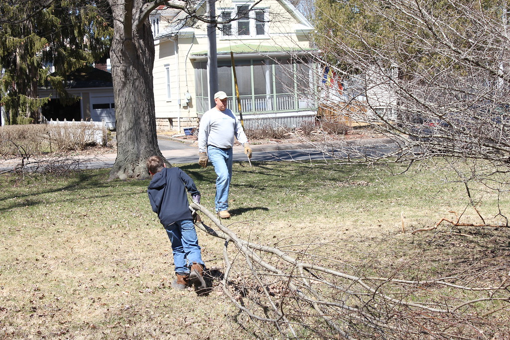 . Charles Pritchard - Oneida Daily Dispatch Clean up starts in Allen Park in Oneida on Sunday, April 22, 2018.