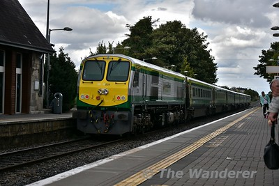 4001 flies through Portlaoise with the 1425 Cork - Heuston. Ex works 229 does the hard work at the rear. Thurs 09.08.18