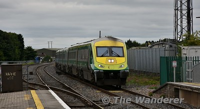 The 1425 Cork - Heuston barrels through Portlaoise with 4006 being pushed by 226. Mon 13.08.18
