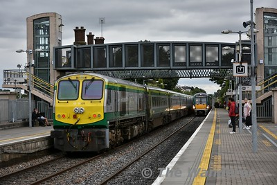 The 1425 Cork - Heuston barrels through Portlaoise with 4006 being pushed by 226. 22025 is arriving onto the Down Platform with the 1530 Heuston - Limerick.Mon 13.08.18