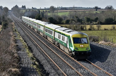 4004 leads the 1125 Cork - Heuston through Rosskelton between Ballybrophy and Portlaoise. Wed 21.02.18