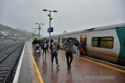 The loss of the canopy over platforms 1 and 2 at Cork is shown to good effect as passengers get a nice soaking in the driving rain during their walk from the train to the station concourse.  The canopy over the platforms blew down in December 2013 during a storm. Tues 02.01.18