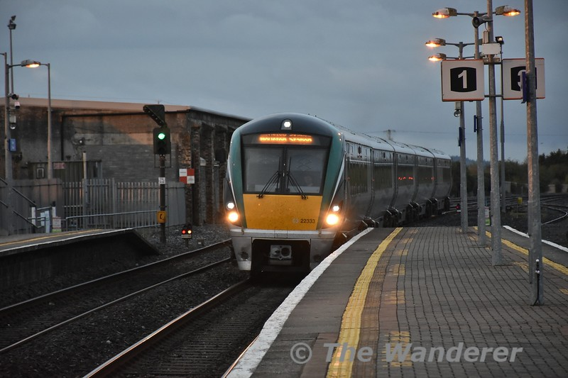 22033 arrives into Thurles with the 0530 Limerick - Heuston via Limerick Jct. The down starter signal TS476 has already been cleared by the mainline signalman for the passage of the Empty 0545 Heuston - Killareney. This was operating to form the 1025 Killarney - Heuston Special and was formed of 222 + MKIV Set 4006. Tues 01.05.18