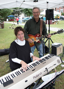 04-Barbara_Blaisdell_and_Tim_Utt_half_of_the_band_Sensible_Shoes_played_songs_for_passersby