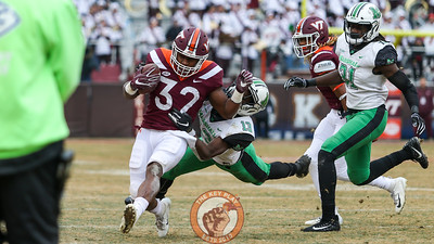 RB Steven Peoples fights off a tackle on a run down the sideline. (Mark Umansky/TheKeyPlay.com