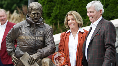 Frank and Cheryl Beamer pose next to a statue of Frank located at the Southeast entrance to Lane Stadium. (Mark Umansky/TheKeyPlay.com)