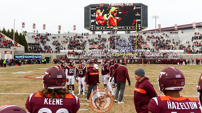 Head coach Justin Fuente walks around as the team warms up before kickoff. (Mark Umansky/TheKeyPlay.com)