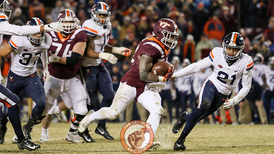 RB Steven Peoples runs with the football in the 4th quarter. (Mark Umansky/TheKeyPlay.com)
