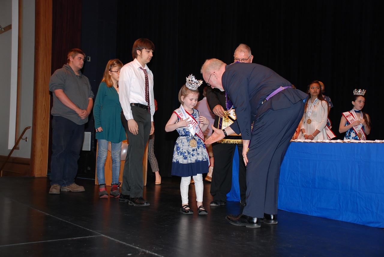 Youth volunteer Ellyssa Vance accepts her award