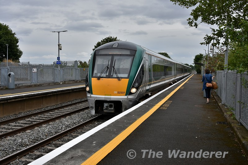 22037 arrives into Monasterevin with the 1625 Heuston - Limerick, surprisingly with a good bit of waiting custom which I suspect was from interchange traffic. <br /> <br /> Checking irishrail.ie confirms that if travelling from Kildare to Limerick Jct. (as an example) at this time of day it advises you to change at Monasterevin. Personally I would change at Portlaoise but that's the downside of online journey planners for you. Fri 27.07.18