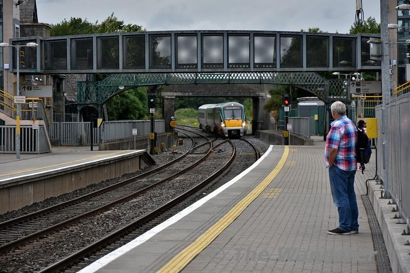 22058 arrives at Portarlington with the 1625 Portlaoise - Heuston. Fri 27.07.18