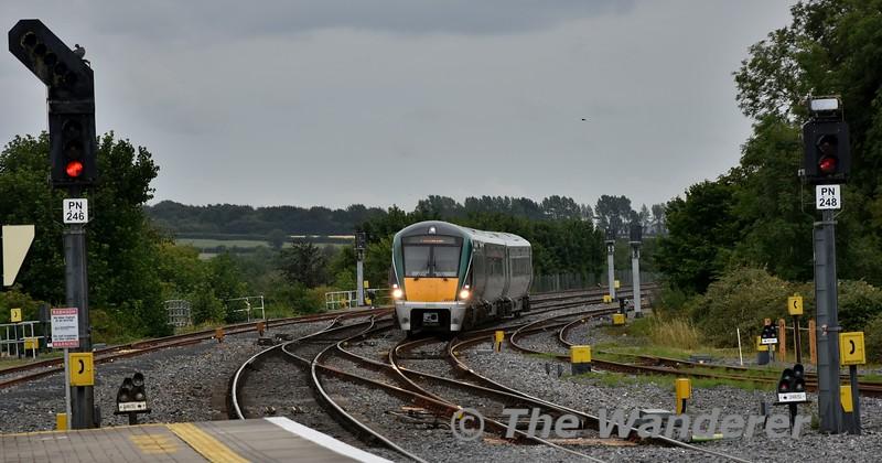 22047 arrives into Portarlington with the 1525 Heuston - Portlaoise. Fri 27.07.18