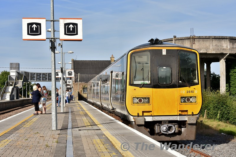 2810 + 2809 stand at Ballybrophy after arriving with the 0630 from Limerick. Wed 25.07.18