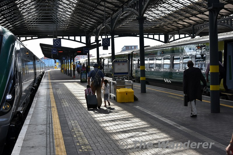 Passengers making their way up platforms 3 and 4 to board the 1800 Heuston - Cork. Tues 24.07.18