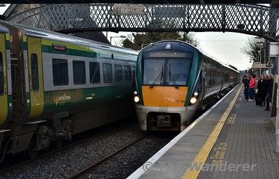 22024 + 22056 arrive at Portlaoise with the 1530 Heuston - Limerick. Wed 07.08.17