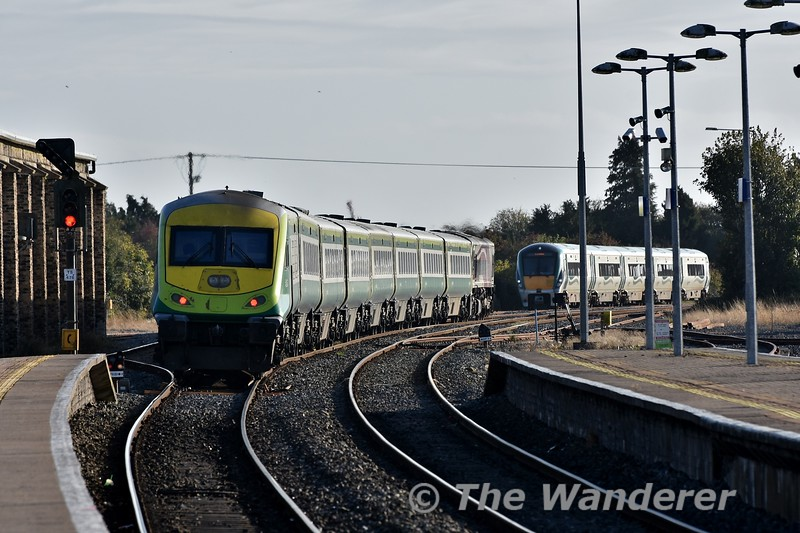 The 1600 Heuston - Cork departs from Thurles with Enterprise loco 206 at the helm in the distance. In the down loop is 22033 which was failed while working the 1400 Heuston - Cork. Mon 01.10.18