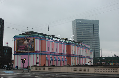 The Palads Cinema. An very beautiful building that was painted in these colors at some point. I don't like it, but.....In the background you can see the SAS Hotel and on the right you can just about see Axel Tower and one of the entertainments in Tivoli