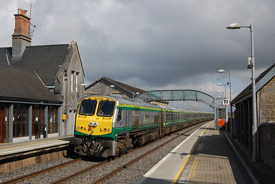 '201' Class loco no. 232 catches the sunshine nicely as it departs Templemore on the rear of the 1025 from Cork to Dublin Heuston (09/04/2018)