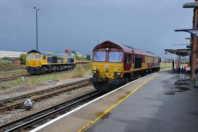 10 August 2018 :: 59003 is stabled at Eastleigh While 66112 passes through on Platform 3 road