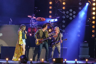 Le dernier 30 minutes du spectacle, au grand plaisir des fans, les deux têtes d'affiche se réunissent pour offrir une prestation endiablée pigeant dans le répertoire de chacun.  For the last 30 minutes of show, the fans were delighted to find both headliners performing together, singing each others' songs.