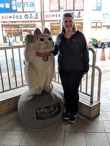 Beckoning cat statue