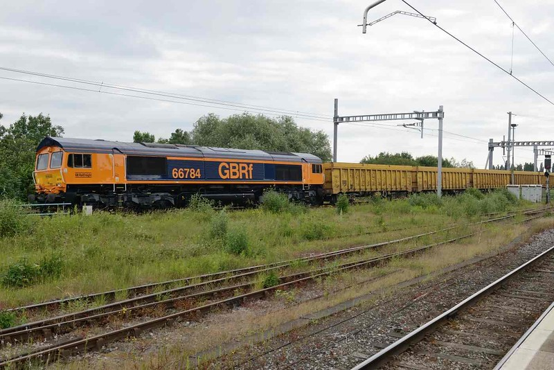 12 June 2018 :: Rounding the east curve at Didcot is newly painted 66784 (ex 66081) working 6M26 from Eastleigh to Mountsorrel