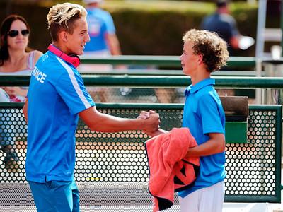 01.01e Congratulating Luca Van Assche - France - Tennis Europe Summer Cups final boys 14 years and under 2018