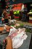 Chile : Vendedor fileteando pescado en el Mercado de Valparaiso / Seller filleting fish at the Valparaiso Market / Chile : Verkäufer Fischfilet auf dem Markt von Valparaiso © Henry von Wartenberg/LATINPHOTO.org