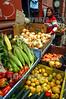 Chile : Mercado callejero en el puerto de Valparaiso / Street market in the port of Valparaiso / Chile : Strassenmarkt im Hafen von Valparaiso - Früchte - Marktstand - Mais - Zwiebeln - Zitronen © Henry von Wartenberg/LATINPHOTO.org