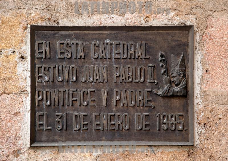 Ecuador : Iglesia San Blas, en la ciudad de Cuenca - Juan Pablo II / Ecuador : San Blas Church in the city of Cuenca / Ekuador : Cuenca ist mit rund 331.000 Einwohnern die drittgrösste Stadt Ekuadors und Hauptstadt der Provinz Azuay - Altstadt - Kirche San Blas im historischen Zentrum - Eine Plakette erinnert an den Bsuch von Papst Johannes Paul II. im Jahr 1985 © Henry von Wartenberg/LATINPHOTO.org