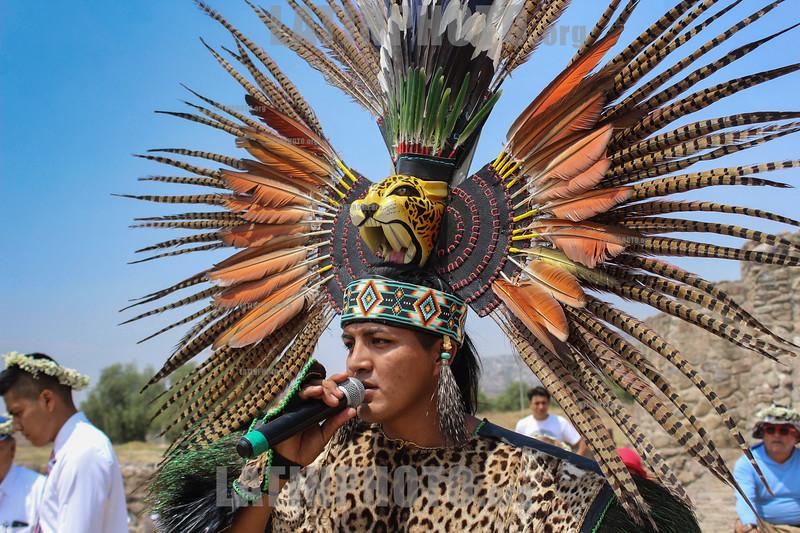 Mexico : Danzante canta durante el equinoccio de primavera para pedir buen tiempo a ehécatl - dios del viento - Piramides de Acozac / Danzante sings during the spring equinox to ask for good weather from ehécatl - god of the wind - Piramides de Acozac / Mexiko : Ritueller Tanz bei den Piramiden in Acozac - Azteken © Octavio Torres Tapia/LATINPHOTO.org