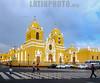 Peru : Basílica Menor de Trujillo - El templo original fue destruído por un terremoto y  fue reconstruido entre 1647 y 1666 - El 23 de agosto de 1967 , el Papa Paulo VI , conociendo la devoción de la gente que acudía a los ritos religiosos la elevó a la categoría de Basílica Menor / <br /> Trujillo Cathedral ( constructed 1647-1666 ) cathedral of Trujillo / Peru : Basílica Menor de Trujillo . Die ursprüngliche Kirche wurde durch ein Erdbeben zerstört und zwischen 1647 und 1666 wieder aufgebaut - Am 23. August 1967 besuchte Papst Paul VI. die  Basilika © Henry von Wartenberg/LATINPHOTO.org