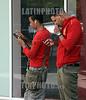 Cuba : Dos Jóvenes se conectan a la internet con su celular en una calle de La Habana , Cuba en una zona de conexión Wifii / Two young people connect to the internet with their cell phone on a street in Havana / Kuba : Jugendliche benutzen ihr Mobiltelefon © Ernesto Mastrascusa/LATINPHOTO.org
