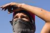 Venezuela - Caracas : junio 22 del 2017 Un joven manifestante  con una herida en el brazo vigila durante una protesta en una autopista / Venezuela - Caracas : 22th June, 2017. A young demonstrator with a wound in his arm watches over during a protest on a highway / Venezuela - Caracas : 22. Juni 2017 Ein junger Demonstrant mit Mundschutz und einer Wunde am Arm © Agustin Garcia/LATINPHOTO.org