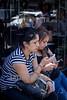 Argentina : Diciembre 04 , 2013 . Ciudad de Buenos Aires . Con el advenimiento de los smartphones y tablets las personas han modificado la manera de comunicarse . Se calcula que en Argentina hay alrrededor de 50 millones de celulares , y es el primer pais del mundo que mas tiempo utiliza las redes sociales , mas de 9 horas por mes / Argentinien : Frauen mit Smartphone in Buenos Aires © Kala Moreno Parra/LATINPHOTO.org