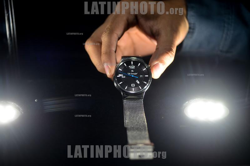 Guatemala : Relojes Inteligentes - Smart watch para sistema Android / Guatemala : Elektronische Armbanduhr  Smart Watch für System das Android © Jesús Alfonso/LATINPHOTO.org