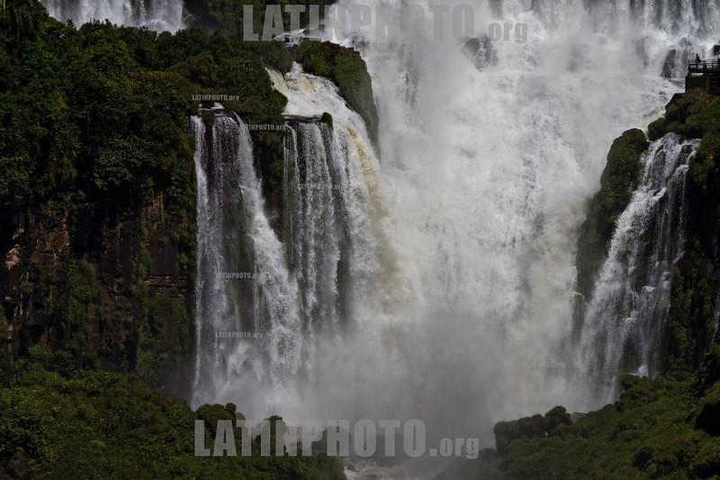 Argentina : Una persona, en la esquina derecha arriba, mira las cataratas de Foz de Iguazu / Foz do Iguaçu National Park  - The Iguazu Falls / Argentinien : Iguazu Wasserfälle © Patricio Crooker/LATINPHOTO.org